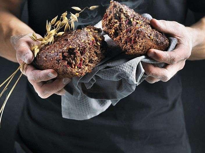 Hænder med brød og aks