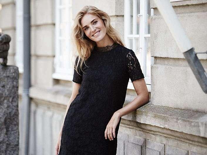 Damemode model i sort blonde kjole